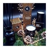 Caroline vous accueille dans sa magnifique boutique @augredutemps  parmi une sélection d'objets de décoration intérieure, d'Arts de la table, de bijoux et de maroquinerie... sans oublier nos bougies et diffuseurs de parfum.  . . . 📷 @augredutemps
