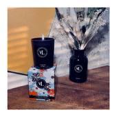 l'Immortelle porte en elle l'élégance solaire et le charme suranné de son île d'origine. FOREVER YOUNG est une fragrance florale aux accents boisés de Santal, poudrée de Musc et relevée de notes épicées rappelant la chaleur des maquis. . . . 📷 @mademoisellelulubelle_bougies