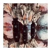 Je suis née FLEUROSE et petite-fille de fleuristes...  Il y a donc des fleurs chez moi... partout en fait ! Dans le jardin, sur les murs, en bouquet... fraîches ou séchées (merci @mariepaolini ) et bien sûr dans certaines fragrances de MADEMOISELLE LULUBELLE... . . . 📷 @mademoisellelulubelle_bougies