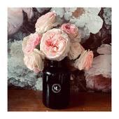 Difficile d'imaginer que l'été pointera le bout de son nez dans deux jours... Improviser un bouquet de roses du jardin et profiter de leur parfum délicat pour oublier la grisaille du week-end. . . . 📷 @mademoisellelulubelle_bougies