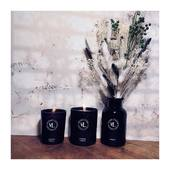 Poésie parfumée d'un bouquet de fleurs séchées... Offrir une seconde vie à nos flacons de diffuseurs en attendant de les recharger.  FOREVER YOUNG notre fragrance autour de l'élégante Fleur d'Immortelle, solaire et éternelle... . . . 📷 @mademoisellelulubelle_bougies